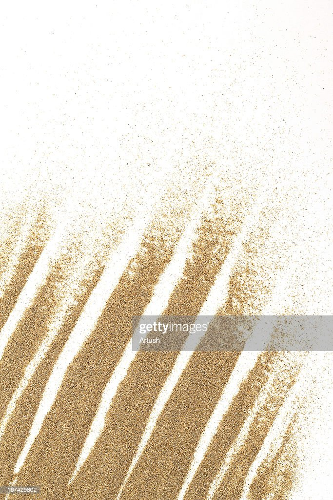 Primer plano de arena sobre un fondo blanco para uso : Foto de stock