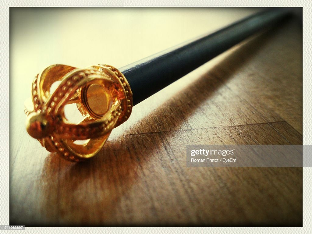 Close-up of scepter on wood : Stockfoto