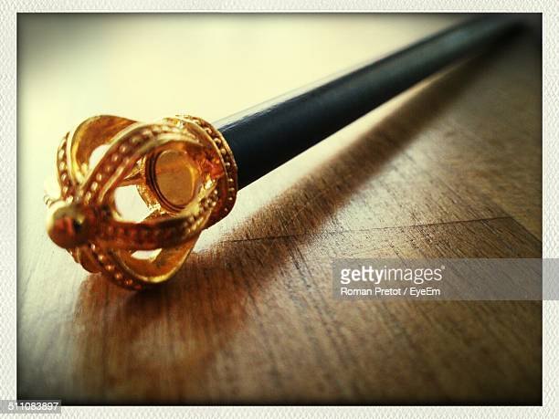 close-up of scepter on wood - koningschap stockfoto's en -beelden