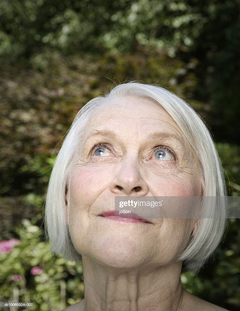Close-up of senior woman looking up, outdoors : Foto stock