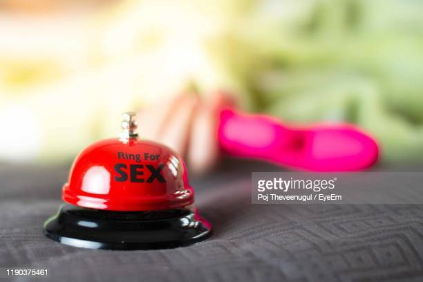 close-up of service bell with text on bed - gode photos et images de collection