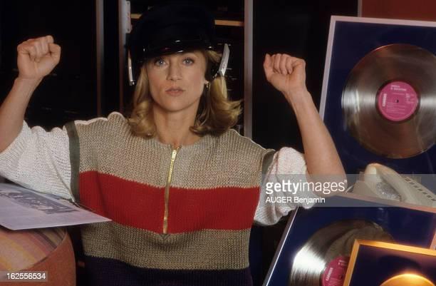 CloseUp Of Sheila décembre 1982 Portrait de Sheila chanteuse et danseuse SHEILA portant une casquette et un casque sur les oreilles bras en l'air...