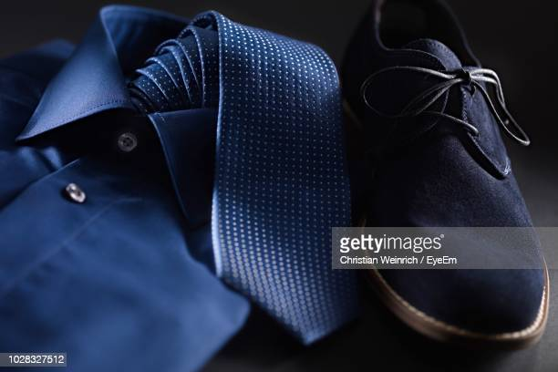 close-up of shirt with necktie and shoe on table - menswear stock-fotos und bilder