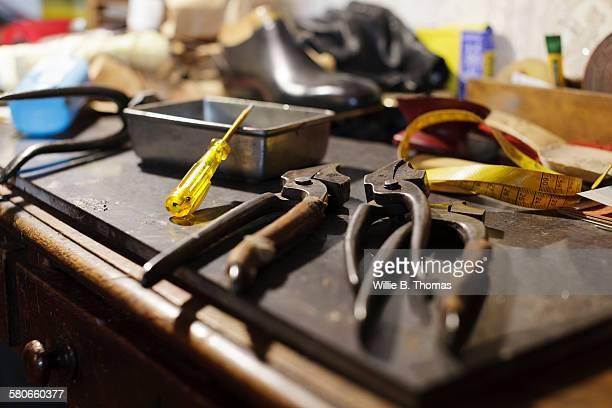 close-up of shoemaker tools - schuhmacher stock-fotos und bilder