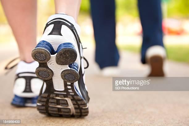 人々のクローズアップの靴を歩いて、パス