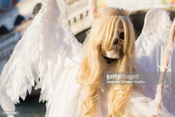 close-up of skeleton in angel costume - angel of death foto e immagini stock