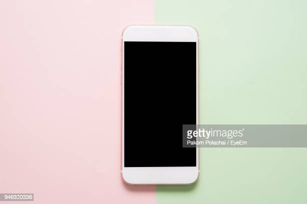 close-up of smart phone on colored background - freisteller neutraler hintergrund stock-fotos und bilder