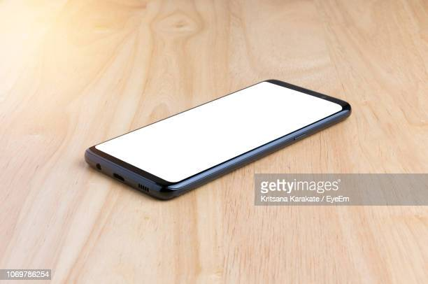 close-up of smart phone on napkin - tafel stockfoto's en -beelden