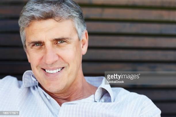 Gros plan de souriant homme d'âge mûr