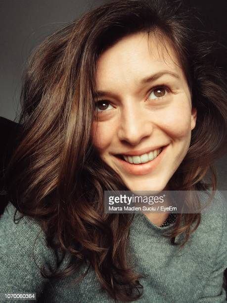 close-up of smiling young woman with brown hair - madlen stock-fotos und bilder