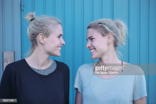 close-up of smiling young women - zwilling stock-fotos und bilder