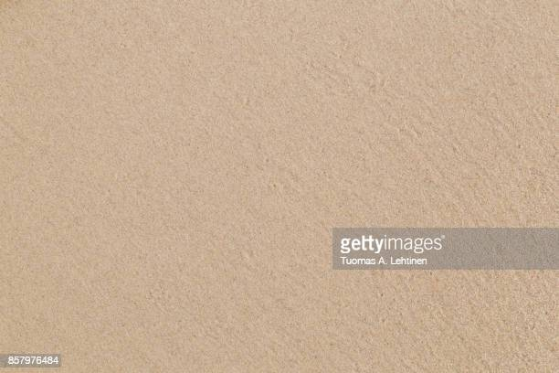 close-up of smooth sand at a beach texture background. - sandig stock-fotos und bilder