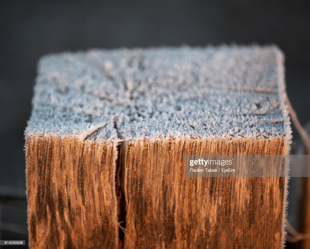 Close-Up Of Snow On Wood : Stockfoto