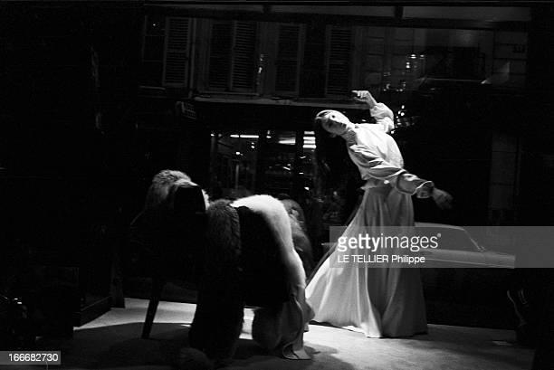 CloseUp Of Sonia Petrovna Le 25 octobre 1972 la danseuse et actrice Sonia PETROVNA essaye une robe longue avec un haut à manches longues en dansant...