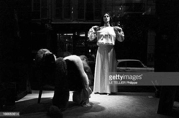 CloseUp Of Sonia Petrovna Le 25 octobre 1972 la danseuse et actrice Sonia PETROVNA essaye une robe longue avec un haut à manches longues dans la...