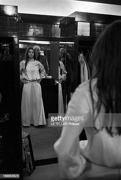 CloseUp Of Sonia Petrovna Le 25 octobre 1972 la danseuse et actrice Sonia PETROVNA essaye une robe longue avec un haut à manches longues et se...
