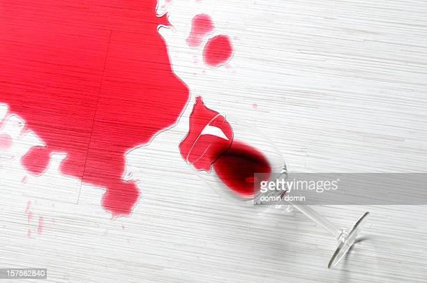 Nahaufnahme von spilled Rotwein auf dem weißen Etage, studio