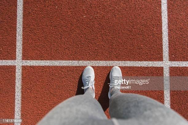 closeup of sportswoman feet on racetrack - ângulo esporte - fotografias e filmes do acervo