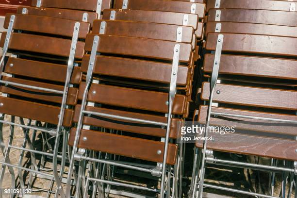 close-up of stacked wooden folding chairs - cadeira dobrável - fotografias e filmes do acervo