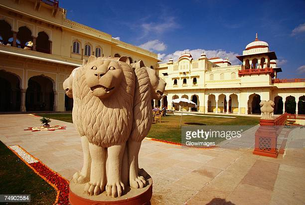 close-up of statues of lions in courtyard of a hotel, rambagh palace hotel, jaipur, rajasthan, india - tierfigur stock-fotos und bilder