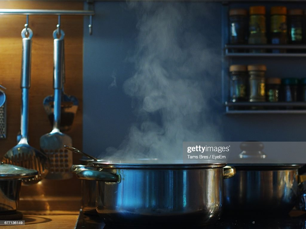 Close-Up Of Steaming Pot On Stove In Kitchen : Stock-Foto