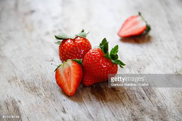 close-up of strawberries on wooden table - イチゴ ストックフォトと画像