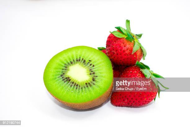 close-up of strawberries with kiwi against white background - fruta tropical fotografías e imágenes de stock