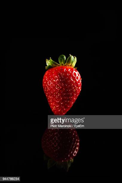 close-up of strawberry over black background - objet rouge photos et images de collection