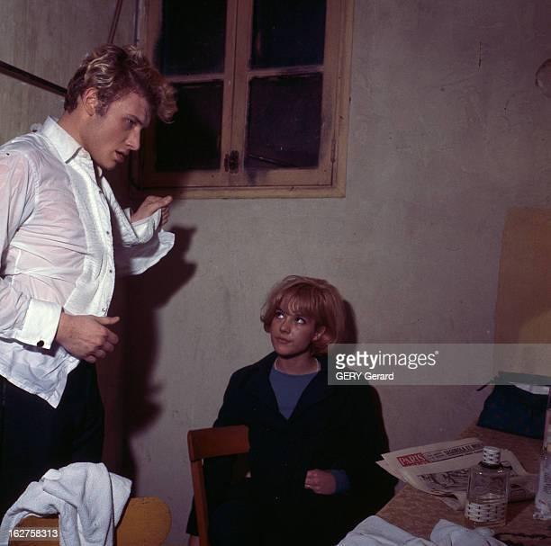 CloseUp Of Sylvie Vartan And Johnny Hallyday En 1963 dans une loge lors d'un concert la chanteuse Sylvie VARTAN assise regardant son compagnon le...