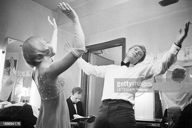 CloseUp Of Sylvie Vartan And Johnny Hallyday In London For The Royal Variety Performance Angleterre Londres 11 novembre 1965 les chanteurs Sylvie...
