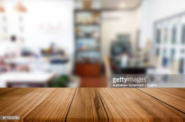 close-up of table - onscherpe achtergrond stockfoto's en -beelden