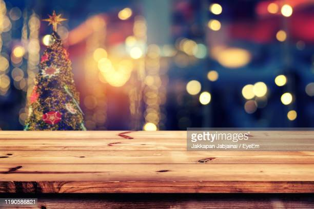close-up of table with illuminated christmas tree at night - premier plan net photos et images de collection