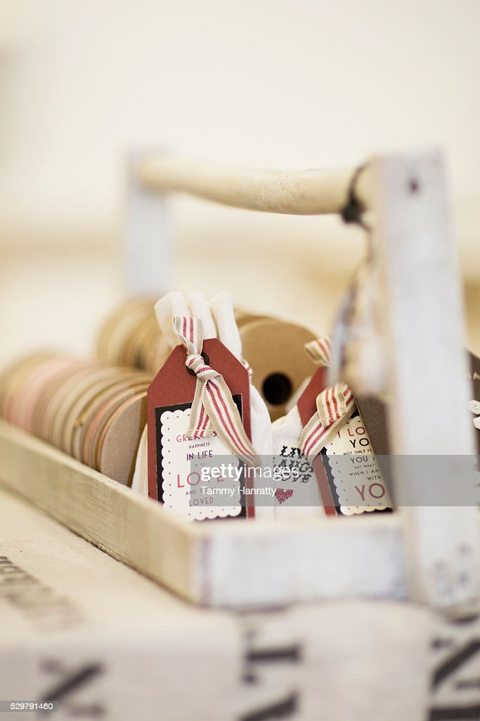 Close-up of tags displayed in wooden tray : Stock-Foto