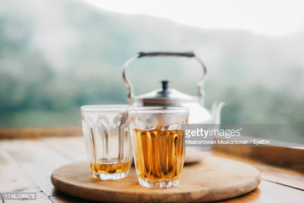 close-up of tea in glass on table - thee warme drank stockfoto's en -beelden