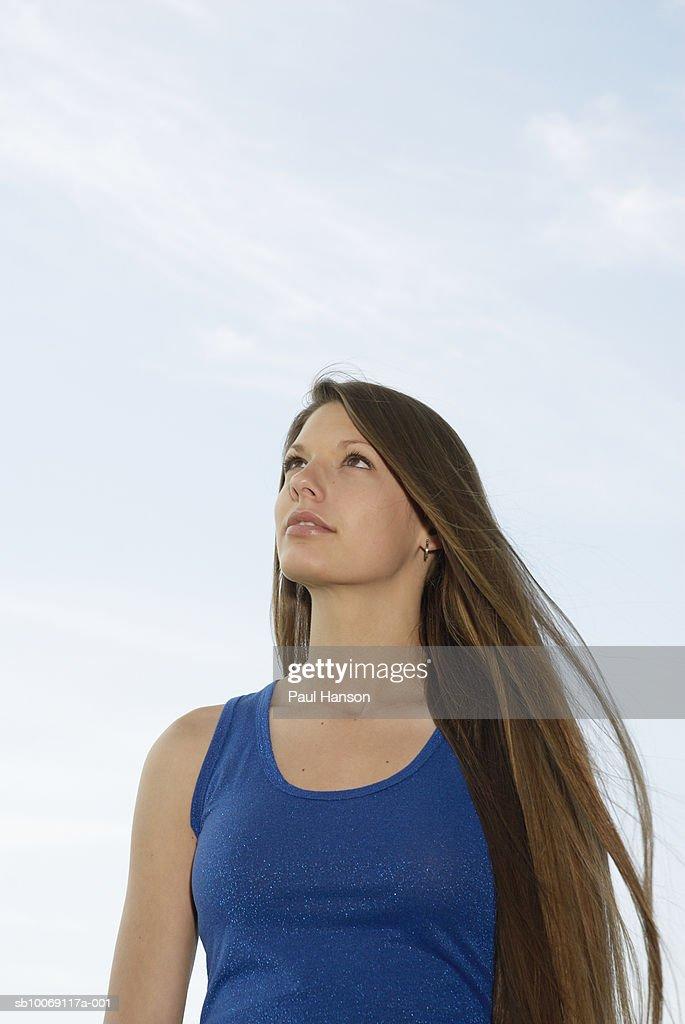 Close-up of teenage girl (16-17) looking up : Stockfoto