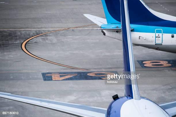 Gros plan sur l'arrière de l'avion.