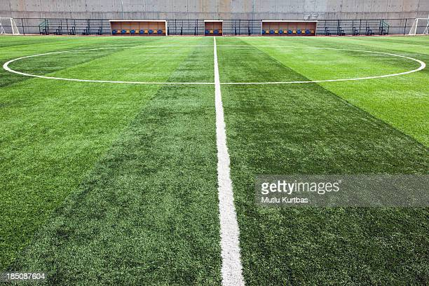 close-up of the center line of soccer field - voetbalveld stockfoto's en -beelden