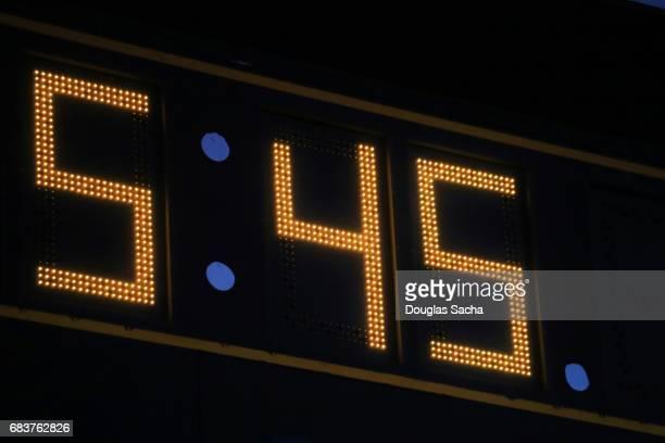 close-up of the clock on a large score board - scoring fotografías e imágenes de stock
