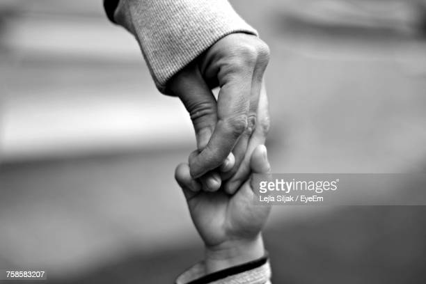 close-up of the hands of a mother and her child - adoptie stockfoto's en -beelden