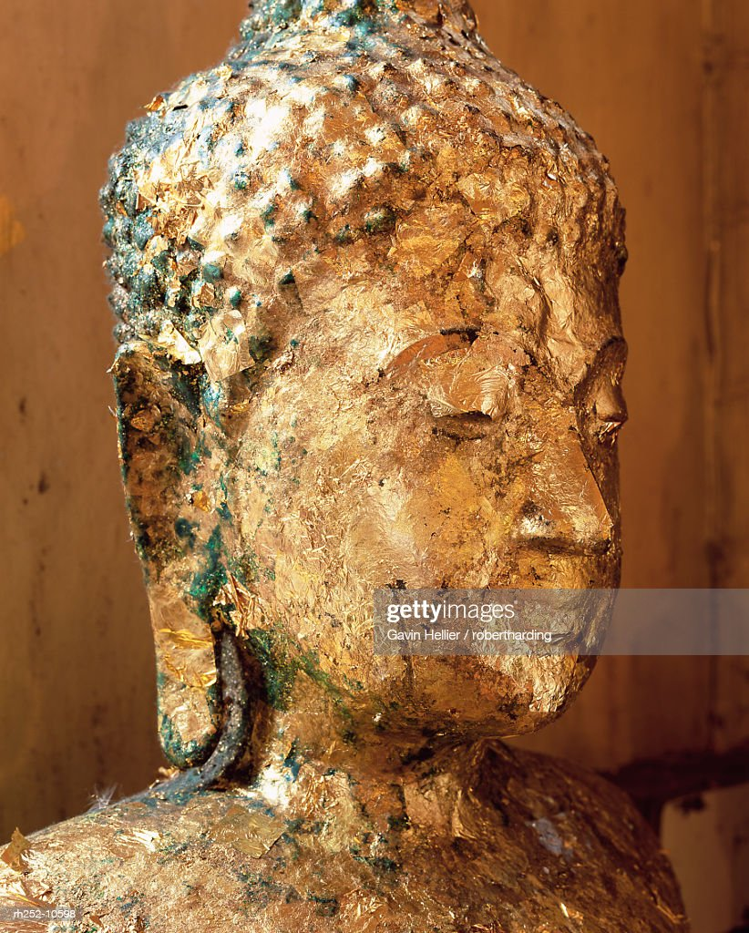 Close-up of the head of a statue of the Buddha covered in gold leaf, Wat Pho (Wat Po) (Wat Chetuphon), Bangkok, Thailand, Southeast Asia, Asia : Foto de stock