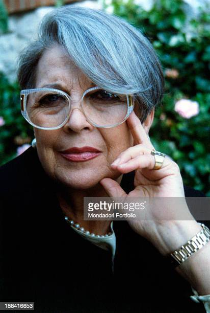 Closeup of the Italian actress and dubbler Isa Barzizza who smiles at the camera with a hand on her cheek discovered by Erminio Macario she has been...