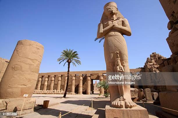 faraón ramsés en el templo de karnak en luxor, egipto - karnak fotografías e imágenes de stock