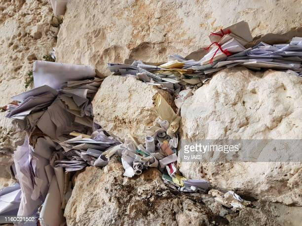 close-up of the western/ wailing wall with lots of prayer notes placed in the crevices, full frame - 嘆きの壁 ストックフォトと画像
