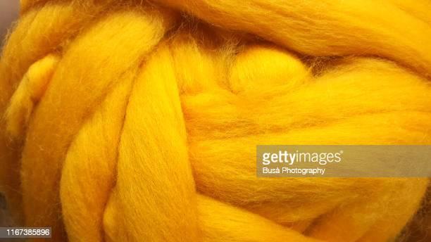 closeup of thick colorful wool yarn - tricoté photos et images de collection