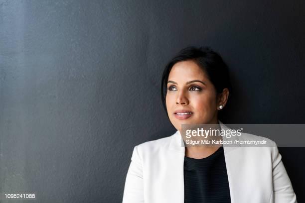 close-up van doordachte zakenvrouw tegen muur - wegkijken stockfoto's en -beelden