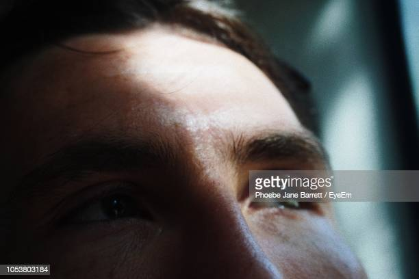 close-up of thoughtful man looking away - close up stock-fotos und bilder