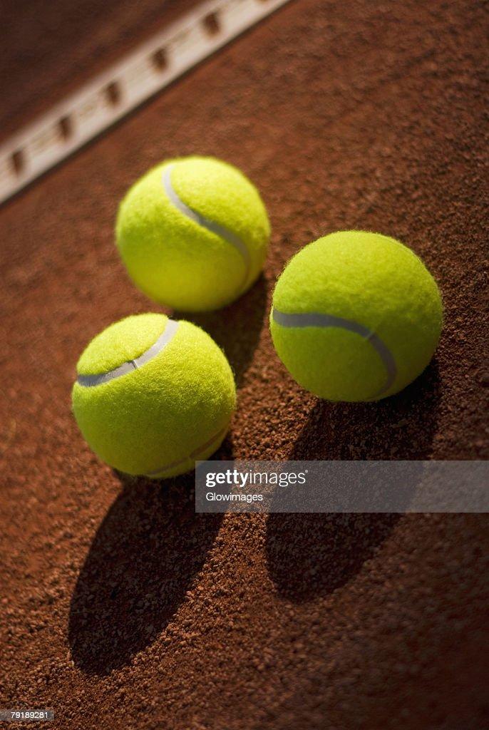 Close-up of three tennis balls in a court : Foto de stock