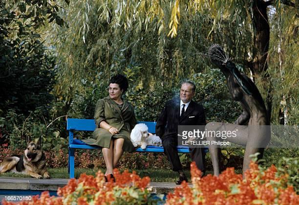 CloseUp Of Tito Marshal Of Yugoslavia En Yougoslavie en novembre 1968 TITO en costume cravate avec des lunettes assis aux côtés de son épouse Jovanka...