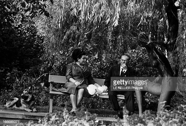 CloseUp Of Tito Marshal Of Yugoslavia En Yougoslavie le 30 octobre 1968 TITO avec des lunettes assis aux côtés de son épouse JOVANKA sur un banc dans...