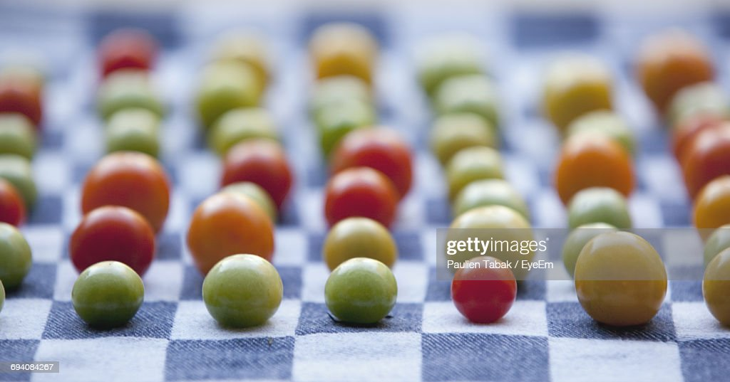 Close-Up Of Tomatoes On Fabric : Stockfoto